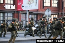 Вооруженные силовики стреляли резиновыми пулями по демонстрантам на улице Кальварийской в Минске. 10 августа