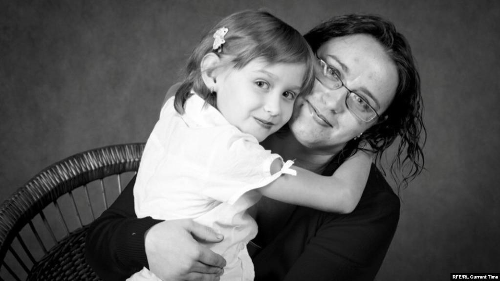 Анна Гуцал родила Юлю 16 ноября 2004 года. Вскоре девочку вместе с мамой положили в отделение гастроэнтерологии. Когда девочке исполнилось десять месяцев, ей поставили диагноз муковисцидоз