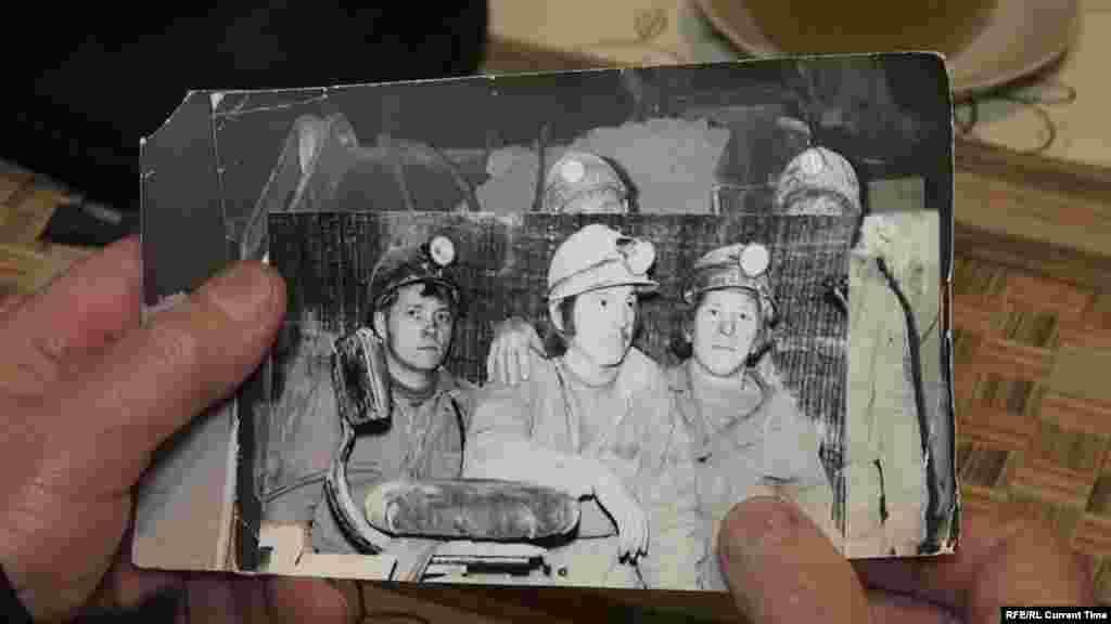 """Михаил Мальцев 40 лет проработал в соляных шахтах """"Уралкалия"""" в Березниках. Он видел, что в шахтах вплоть до 90-х годов не делали гидрозакладок (не заполняли их соляными растворами).Из-за этих ошибок в Березниках в последние годы образовалось уже более полудесятка провалов, и дом Михаила стоит рядом с одним из них. Каждое утро бывший шахтер выходит на балкон и смотрит, не приблизился ли провал.А когда его спрашивают, где было страшнее, под землей в шахте или сейчас, в собственном доме, задумывается: """"На комбайне я вообще об этом не думал, не боялся. А сейчас дома, наверное, страшнее, чем в забое"""". Посмотреть фильм о Березниках и почитать о городе, который стоит над пустотой."""