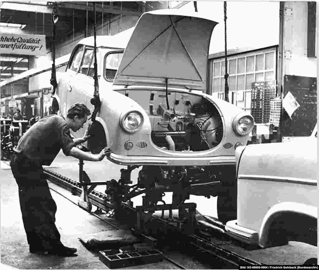 """У """"Траби"""" был металлический каркас, к которому и крепились панели из дуропласта. Характерной чертой машины было отсутствие бензонасоса – топливо само текло в карбюратор."""