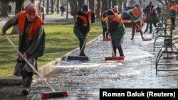Муниципальные работники Львова чистят и дезинфицируют асфальт из-за эпидемии коронавируса
