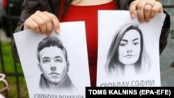 Плакаты с портретами Протасевича и Сапеги на акции солидарности с задержанными в Риге, 25 мая 2021 года