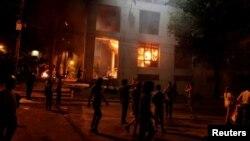Протестующие в Парагвае у горящего здания парламента