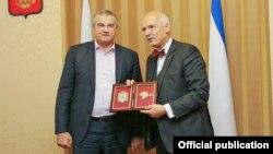 Януш Корвин-Микке (в бабочке) с главой аннексированного Крыма Сергеем Аксеновым