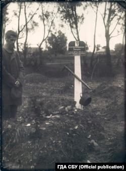 Николай Бокань возле могилы сына Константина. Место хранения фото: Государственный архив СБУ, фонд 6, дело 75489-фк, том 2