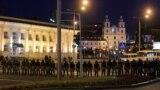 В понедельник вечером протестные акции в Беларуси возобновились, но людей уже на выходе из метро и просто на улицах задерживали милиционеры