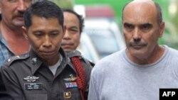 Пилот Виталий Шумков (справа) после задержания в Бангкоке, 2010 год