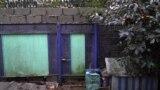 Пенсионерка из Сочи не может выйти из дома из-за построенного соседом забора