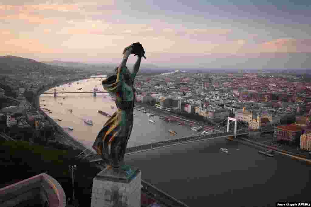 """Будапешт, Венгрия. Статуя Свободы над Будапештом. Ее построили в 1947 году в память о подвиге """"советских героев-освободителей"""", но вскоре после распада СССР надпись исправили. Теперь монумент посвящен тем, """"кто пожертвовал свои жизни ради независимости, свободы и процветания Венгрии"""""""
