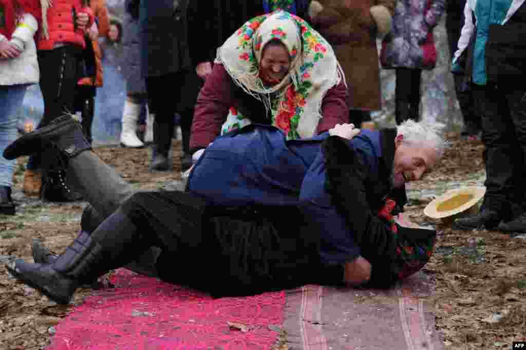 Жители белорусского села Тонеж перекатываются в парах во время обряда Чырачка