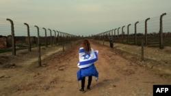 """Участница """"Марша жизни"""" в бывшем концлагере Освенцим на территории Польши"""