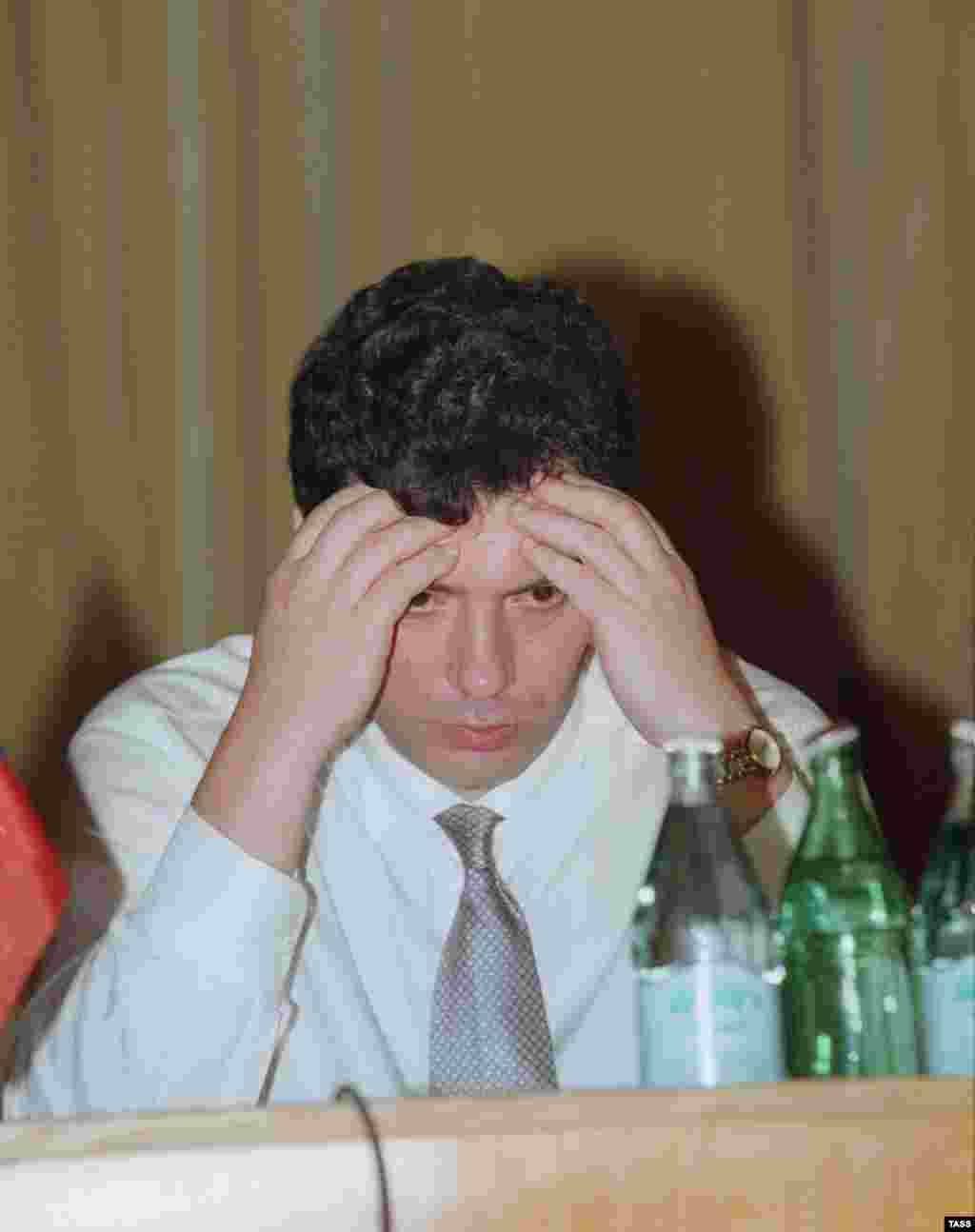 Нижний Новгород. Первый заместитель председателя правительства России Борис Немцов отчитывается перед нижегородцами о первых 100 днях своей работы в правительстве. 1997 год
