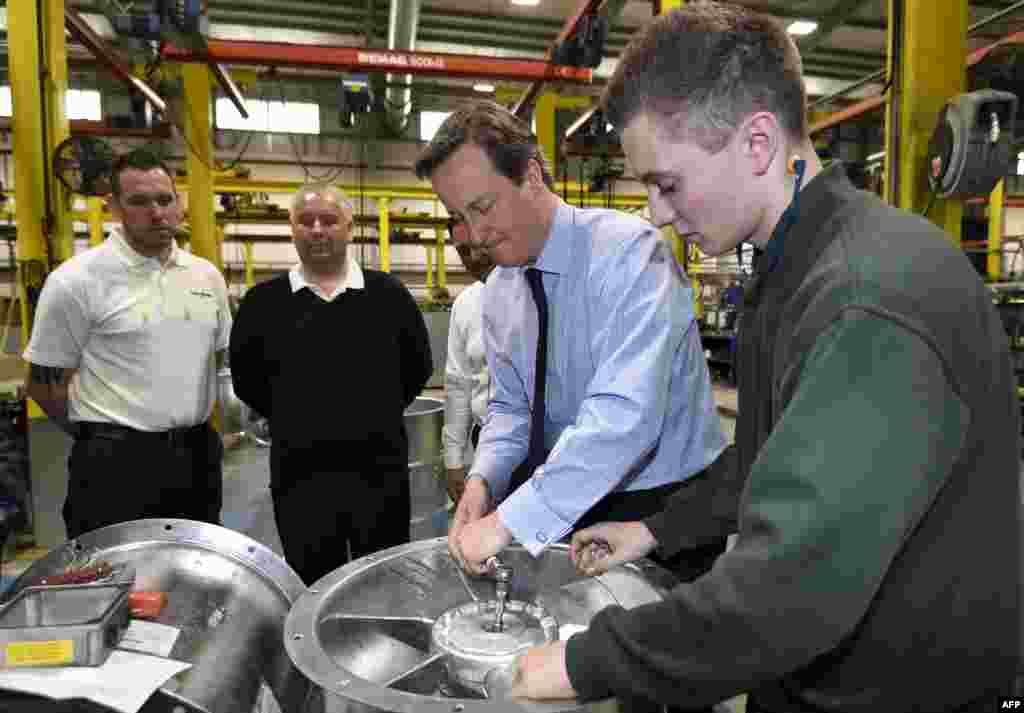 А британский премьер-министр Дэвид Кэмерон закручивает винты на промышленных вентиляторах