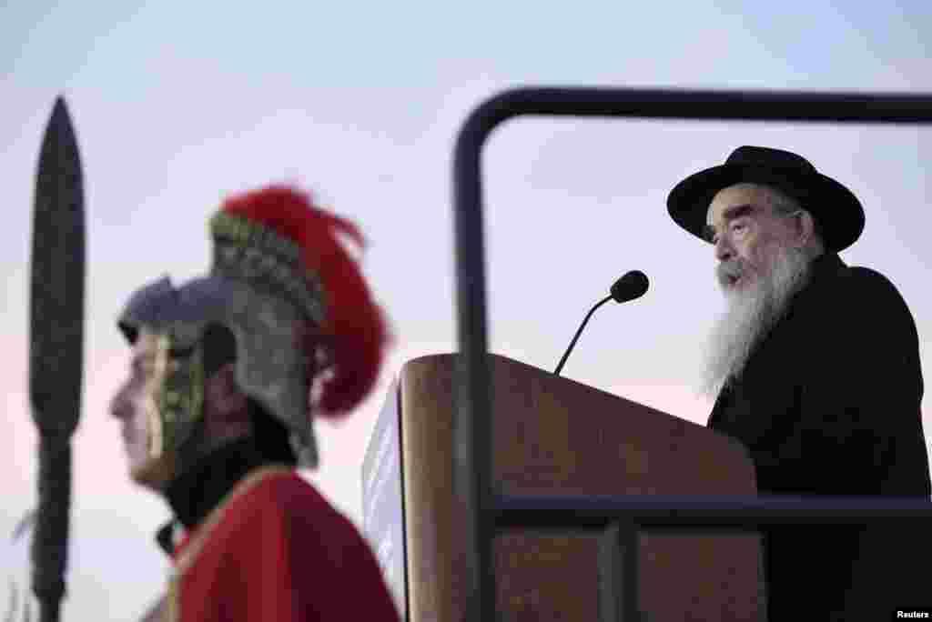 Также этот праздник посвящен чуду, произошедшему во время освящения Храма