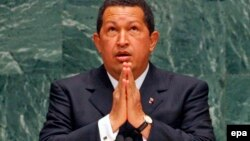 Президент Венесуэлы Уго Чавес молится во время своей речи на сессии Генассамблеи ООН в 2006 году