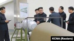 Ким Чен Ын осматривает бомбу