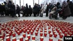Свечи у Сахаровского центра во время церемонии прощания с политиком Борисом Немцовым. 3 марта 2015
