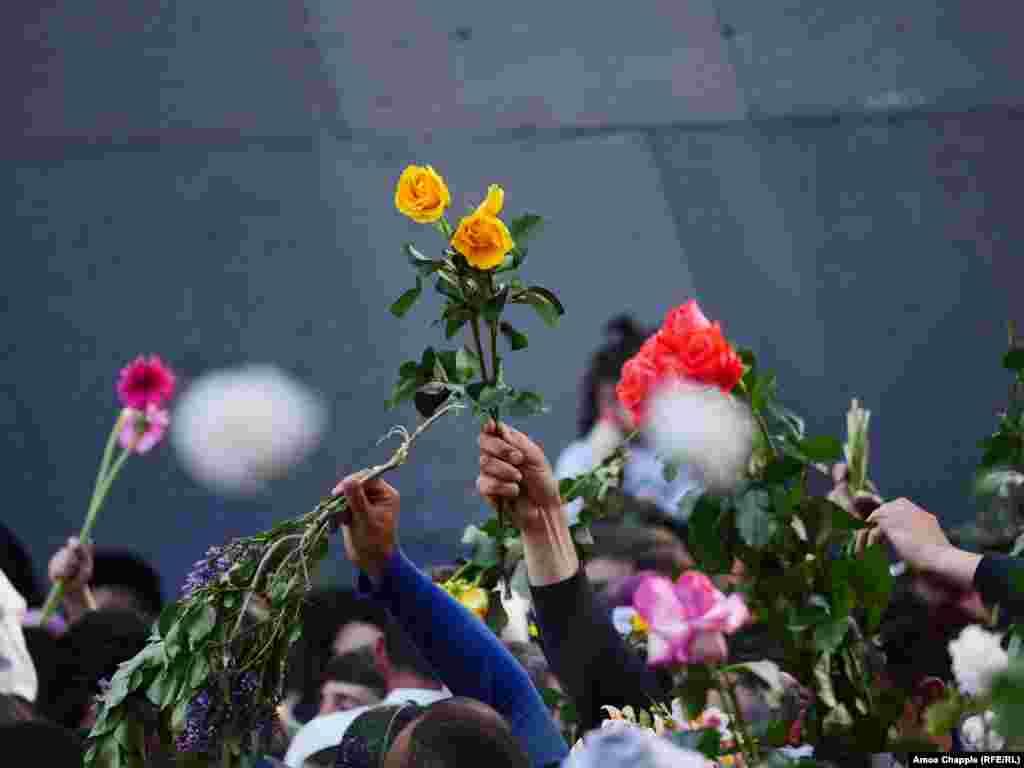Жители Еревана на акции в память о массовых убийствах армян во время Первой мировой войны, которые ряд стран признали геноцидом. Фото – Эймос Чаппл