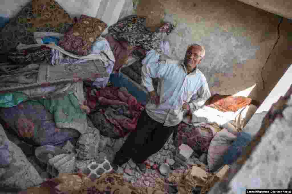 Сириец в одном из разрушенных домов