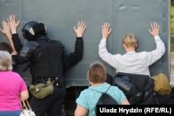 Задержания на улице Притицкого. Это место гибели Александра Тарайковского, первого погибшего во время протестов