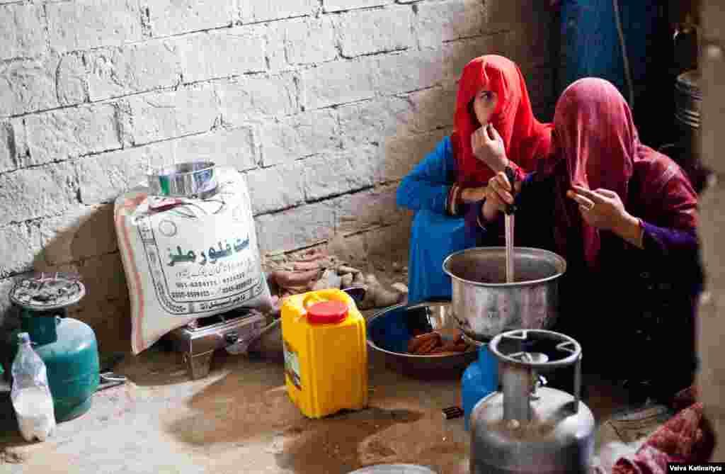 """Агрессия со стороны полиции началась после атаки боевиков афганского движения """"Талибан"""" на школу в Пешаваре на северо-западе Пакистана в декабре 2014. Тогда погибли 150 человек, в основном, дети"""