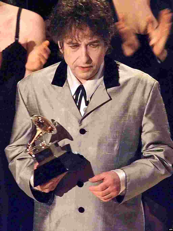 Дилан с Грэмми за альбом Time Out Of Mind в 1998 году.