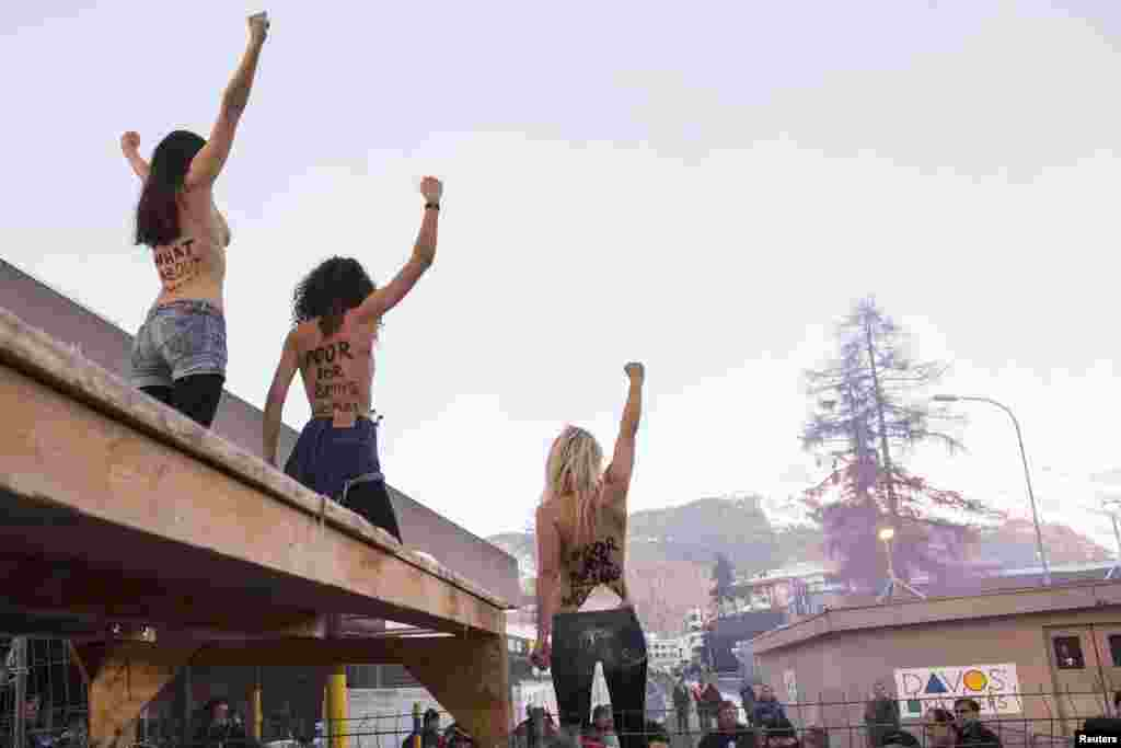 Акция активисток движения Femen на Международном экономическом форуме в Давосе. Январь 2013 года