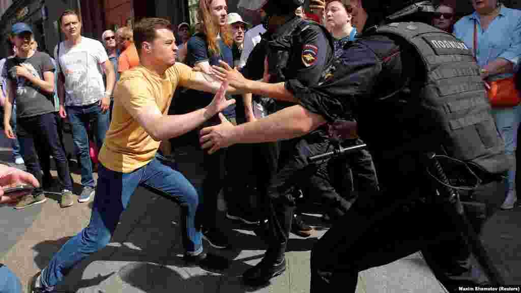 В ответ полиция начала вытеснять людей в переулки вокруг Тверской
