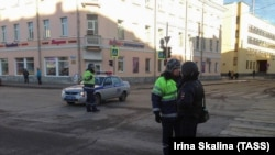 Полицейские на месте взрыва у здания ФСБ в Архангельске. 31 октября 2018 года