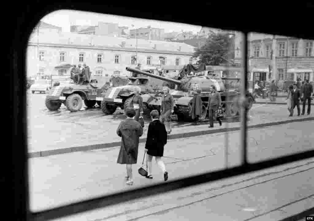 Наибольший контингент войск в Чехословакию направилСССР— 18 мотострелковых, танковых и воздушно-десантных дивизий, 22 авиационных и вертолётных полка. Также во вторжении участвовали военные из Польши, ГДР, Венгрии и Болгарии