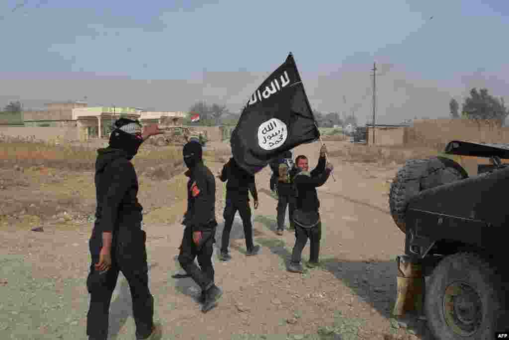 Солдаты Иракской армии празднуют освобождение провинцииДияла, к северо-востоку от Багдада, держа в руках флаг Исламского Государства(AFP/Younis al-Bayati)