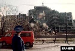 Разрушенное здание МВД Сербии после ночной бомбардировки Белграда силами НАТО. 3 апреля 1999 года