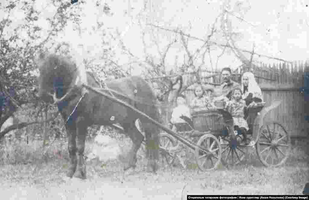 Биби Асма и Закир Назыповы и их дети. Фото предположительно сделано в деревне Юртыш, возле их дома. Семья уехала оттуда в 1937 году. Фото Аишы Назыповой, без даты