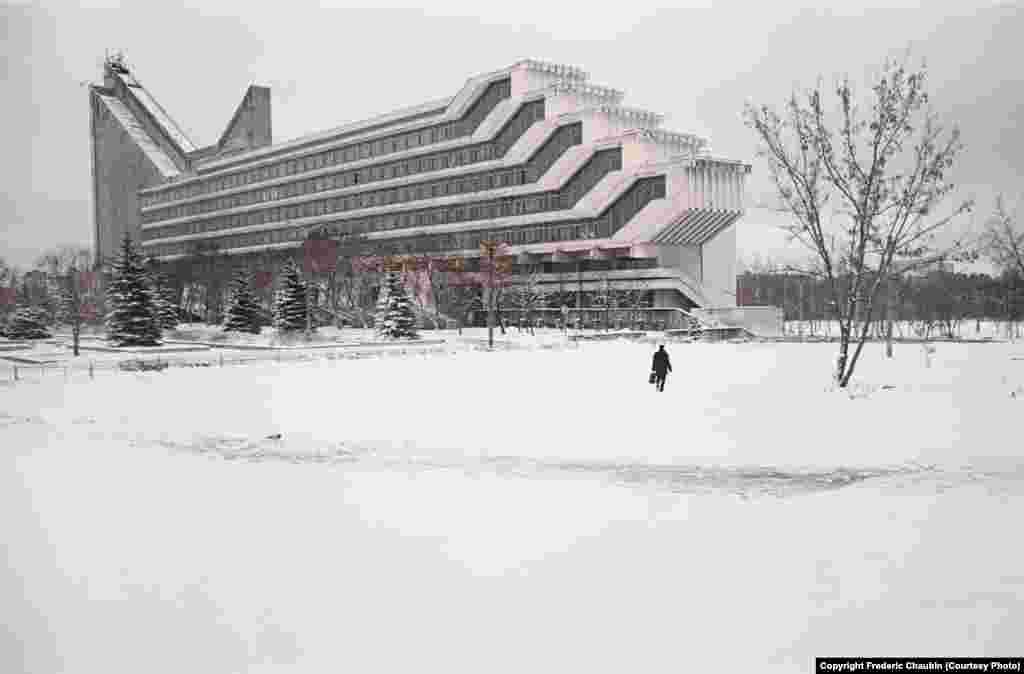 """Факультет архитектуры Белорусского национального технического университета в Минске, построенный в 1983 году по проекту Виктора Аникина и Игоря Есьмана. """"Мне нравится это ощущение, когда ты стоишь перед зданием, которое в каком-то смысле – энигма [зашифрованное послание]. У [этого архитектурного стиля] нет конкретного источника. Эти здания просто существуют вне времени"""", – говорит фотограф"""
