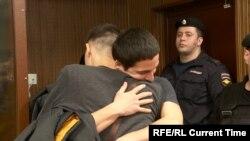 Айдар Губайдулин обнимает брата после освобождения