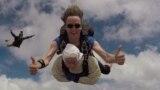 102-летняя австралийка прыгнула с парашютом с высоты 4 км ради дочери