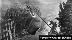 100 лет Евгению Халдею: он сделал самые узнаваемые фотографии Красной Армии