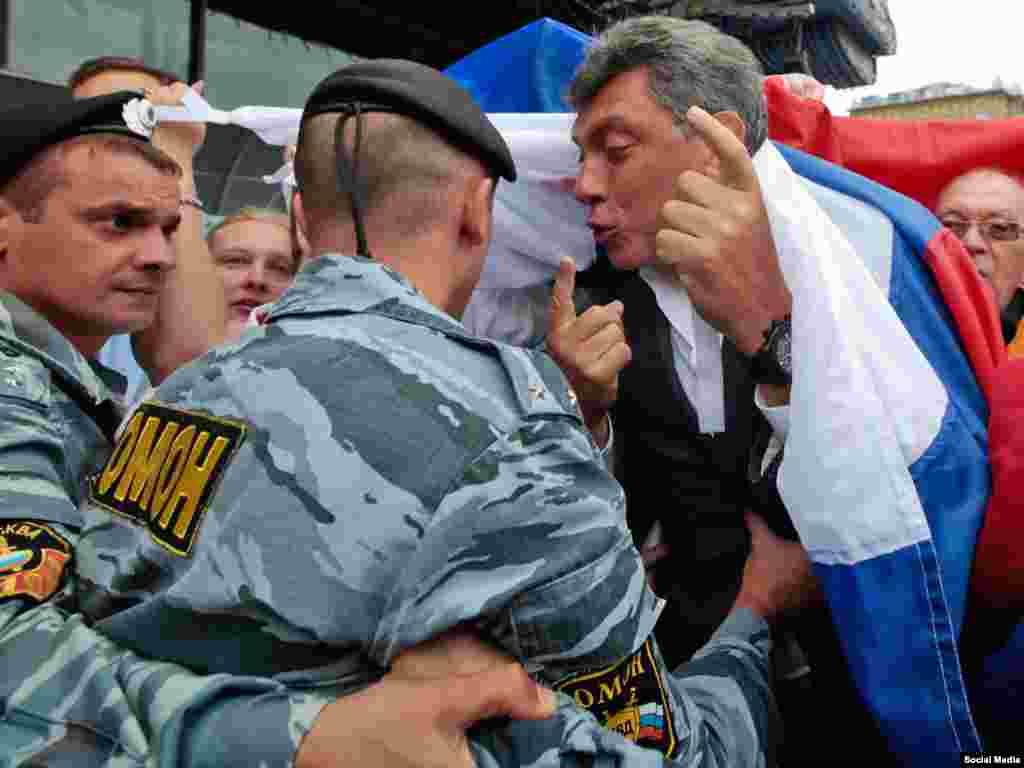 Борис Немцов обращается к сотрудникам ОМОНа во время оппозиционного шествия в Москве в 2010 году