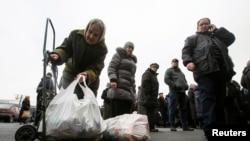 Гуманитарная помощь в регионы Донецкой области, фото Reuters