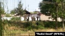 Место в городе Курган-Тюбе, где нашли повешенного российского солдата