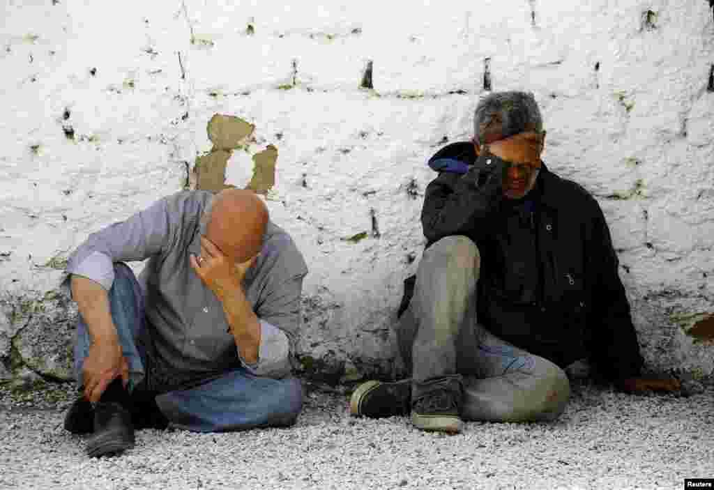 Сирийские иммигранты отдыхают во дворе отделения греческой полиции рядом с греко-македонской границей. Около 90 сирийцев были заперты в вагоне поезда контрабандистами и не могли выбраться - жители деревни Идомени беженцев спасли