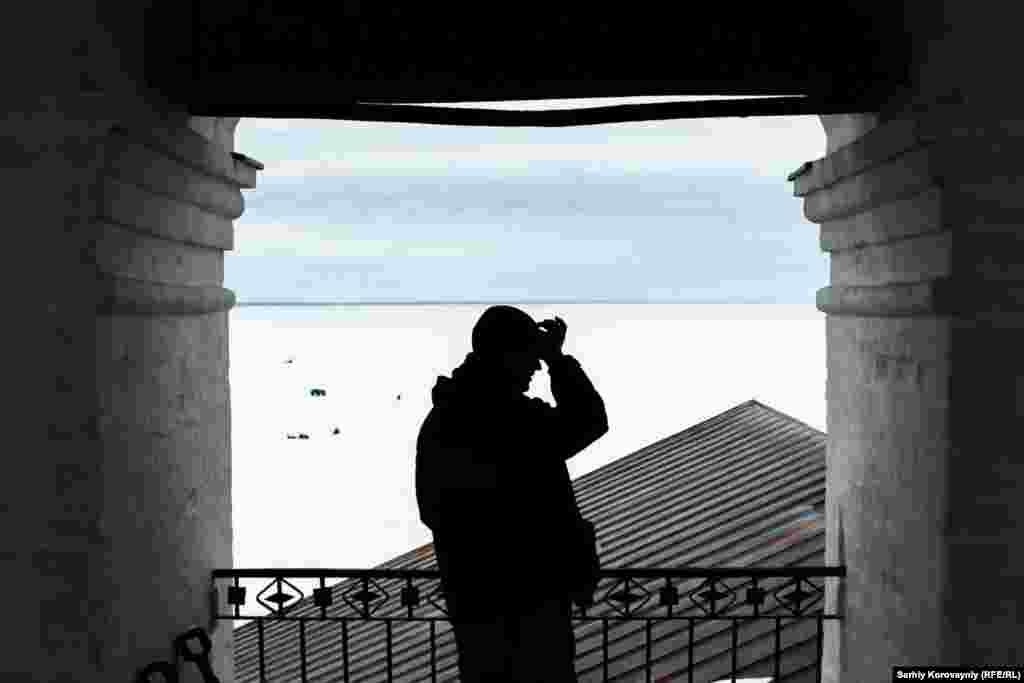 Иван наблюдает за рыбаком с вершины колокольни. Жители монастыря говорят, что иногда местные рыбаки у них воруют или портят имущество