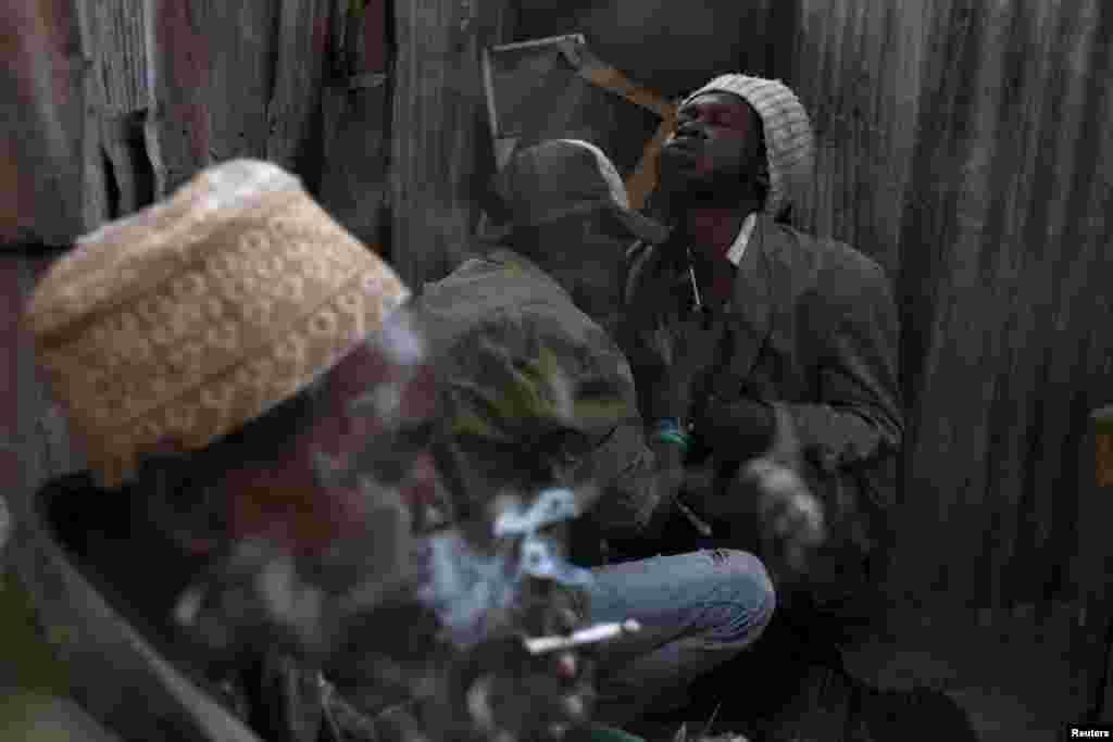 Такая картина встречается довольно часто в малоосвещенных районах трущоб: мужчины помогают делать героиновые инъекции