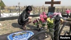 Виталина Бордова на могиле мужа Сергея Бордова, погибшего в Сирии