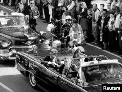 Даллас, Техас. Президентский кортеж за несколько минут до убийства