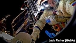 Космонавт Сергей Рязанский во время выхода в открытый космос с борта МКС