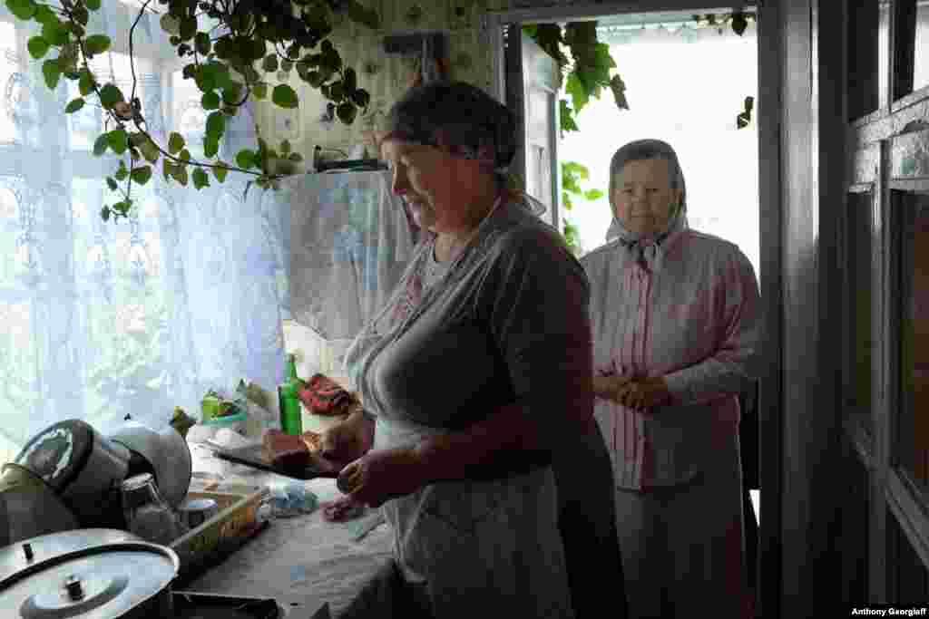 Женщины-молоканки готовят традиционный воскресный обед. Члены секты следуют диетическим законам Ветхого Завета, отказываясь есть свинину, моллюсков и другую «нечистую» пищу .