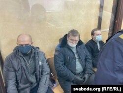 Слева направо: Владимир Книга, Евгений Розниченко и Дмитрий Фурманов на скамье подсудимых