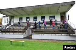 Участники сплошного тестирования на COVID-19 в городе Тренчин, Словакия. 31 октября 2020 года. Фото: Reuters