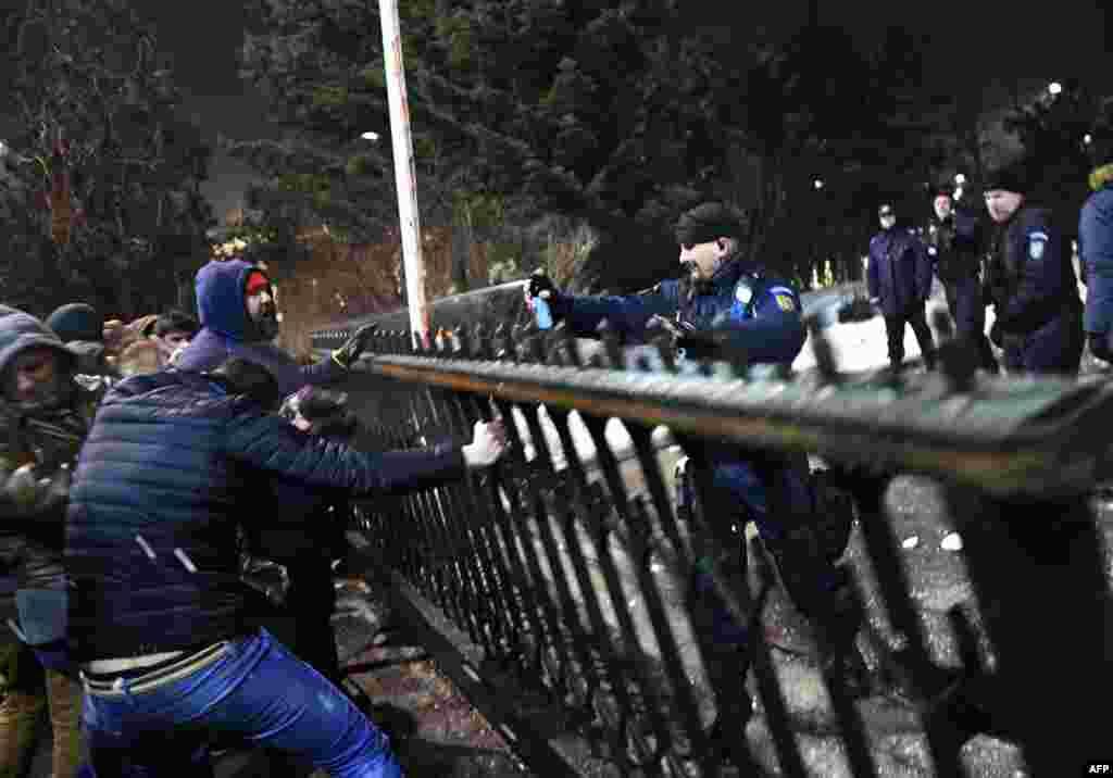 Для разгона акции протеста полиция приминила слезоточивый газ, часть демонстрантов задержали. Сколько именно – не сообщается